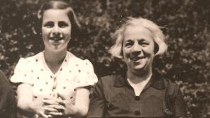Věra Vrbová se svou maminkou před válkou. Foto: Paměť národa