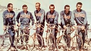 Josef Wolf (první zprava) v družstvu československých cyklistů na závodě Tour de l'Avenir (Závod budoucnosti) v roce 1964, který byl méně náročnou variantou Tour de France pro cyklisty bez profesionální licence. Foto: Paměť národa