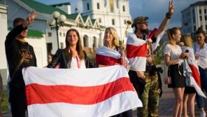 Demonstrující s běloruskou vlajkou. Zdroj: Paměť národa