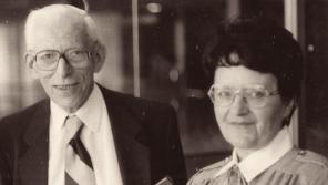 Oční lékařka Blanka Brůnová s profesorem Ottou Wichterlem, s nímž spolupracovala na výzkumu měkkých kontaktních čoček. Foto: Paměť národa