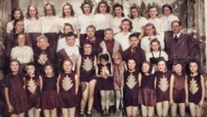 Pováleční představení Broučků v Oseku, které vycházelo z terezínského nastudování. Jana Urbanová s bratrem Ivanem v první řadě uprostřed. Foto: Paměť národa