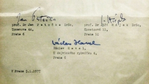 Podpisy prvních mluvčích Charty 77 Václava Havla, Jana Patočky a Jiřího Hájka.