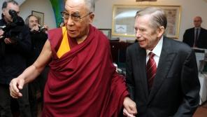 Setkání dalajlamy a Václava Havla 10. prosince 2011 v kanceláři Václava Havla ve Voršilské ulici. Foto: ČTK/Kateřina Šulová