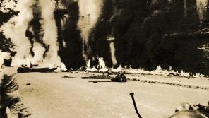 Hořící ulici v Desné v Jizerských horách na snímku z archívu Wernera Neumanna. Fotografie musel tajit až do listopadu 1989. Normalizační režim tragédii zamlčoval.