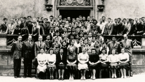 Pedagogický sbor se studenty Koleje Jiřího z Poděbrad v roce 1947. V první stojící řadě čtvrtý zleva je Václav Havel.
