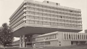 Budova podniku zahraničního obchodu Koospol ve Vokovicích v roce 1977.