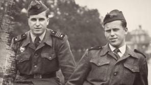 Bratři Ivan (vlevo) a Václav Havlovi jako vojáci základní služby. Foto: archiv Ivana M. Havla