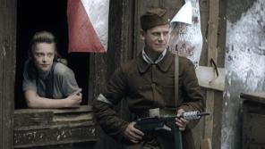 Všudypřítomné polské vlajky a mladí bojovníci i bojovnice během varšavského povstání. Foto: Muzeum Varšavského povstání/Polský institut v Praze