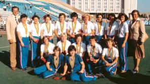 Československé reprezentatky v pozemním hokeji se umístily na olympijských hrách v Moskvě v červenci 1980 na druhém místě – za Zimbabwe, před Sovětských svazem. Jarmila Králíčková sedí uprostřed na zemi. Foto:  ČTK/Jiří Kruliš