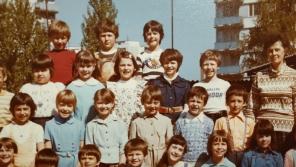 Druháci jedné pražské základní školy v roce 1981 se soudružkou učitelkou. Zdroj: Paměť národa