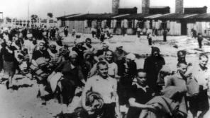 Fotografie z Osvětimského alba, Ilsa Maierová je usměvavá dívka s dekami, před ní kráčí Markéta Nováková.