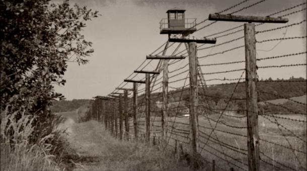 Hranice střežila Pohraniční stráž, která vybudovala zátarasy připomínající oplocení koncentračních táborů.