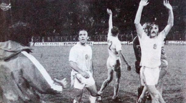 Semifinále ME 1976 s Holandskem (vlevo) a radost po vítězném finále s Němci (vpravo); z knihy Sólo pro Panenku.  Zdroj: Archiv pamětníka