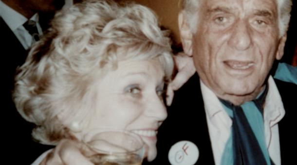 Inka Vostřezová s americkým hudebním skladatelem a dirigentem Leonardem Bernsteinem 2. června 1990 na festivalu Pražské jaro, na jehož prvním ročníku měl 16. května 1946 svůj evropský debut.
