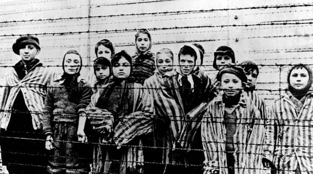 Záběr dětí, který při osvobození tábora Auschwitz pořídil sovětský kameraman Alexander Voroncov. Většina z nich byly židovské děti ze Slovenska.