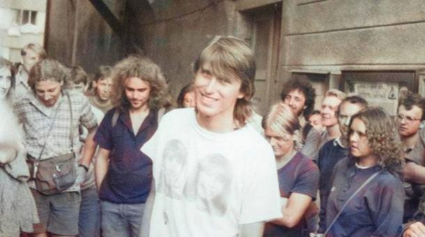 Pavel Šimon před domem Karla Havlíčka Borovského před pochodem Havlíčkovy mládeže do Borové 29. července 1989. Foto: Paměť národa/archiv Davida Šidláka
