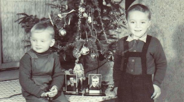 Synové Petra Záleského o Vánocích roku 1959, druhých bez tatínka a strýce, kteří byli ve vězení. S rodinou byli alespoň na fotografiích. Zdroj: Paměť národa