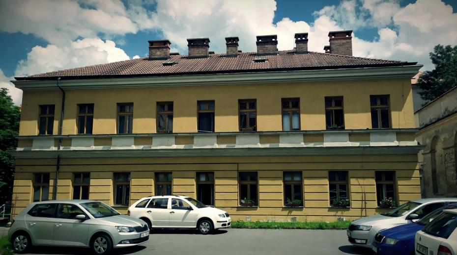 Domeček uvnitř areálu bývalé vojenské věznice v Kapucínské ulici na Hradčanech. Zdroj: Paměť národa