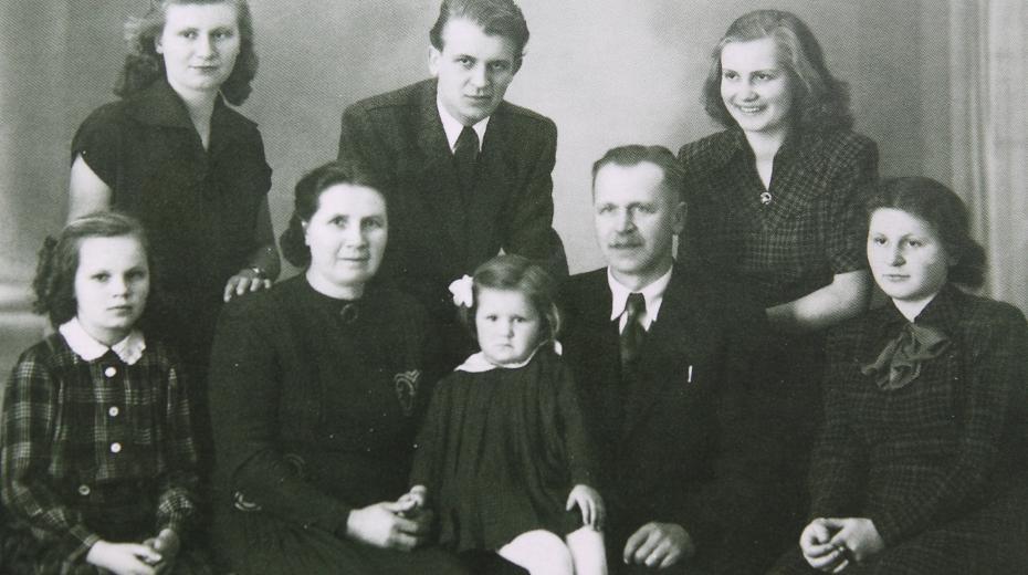 Rodinné foto Lukášových (zleva nahoře: Věra, Jan, Marie, rodiče, zleva dole: Lydie, Olinka, Eva),