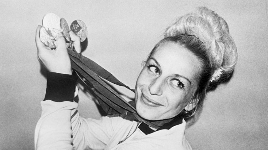 Gymnastka Věra Čáslavská se čtyřmi zlatými medailemi, které vybojovala v Mexiku v říjnu 1968. Foto: ČTK