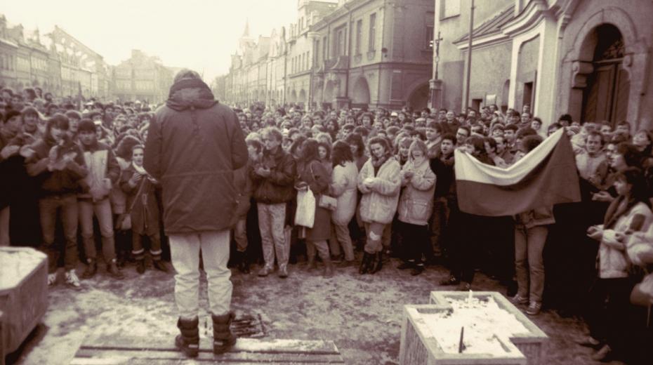 Hynek Faschingbauer hovoří k zaplněnému domažlickému náměstí v listopadu 1989. Foto: Paměť národa