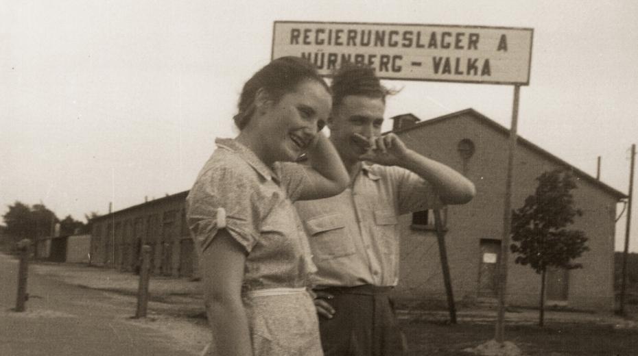 Sylva Šimsová (Švestka) a Karel Janovický (Joviš) v uprchlickém táboře Valka den před svatbou. Zdroj: Paměť národa
