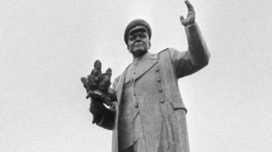 Pomník maršála Koněva při odhalení 9. května 1980 na náměstí Interbrigády v Praze 6.