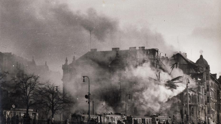 Dům zasažený bombou na Rašínově nábřeží, dnes na jeho místě stojí Tančící dům.