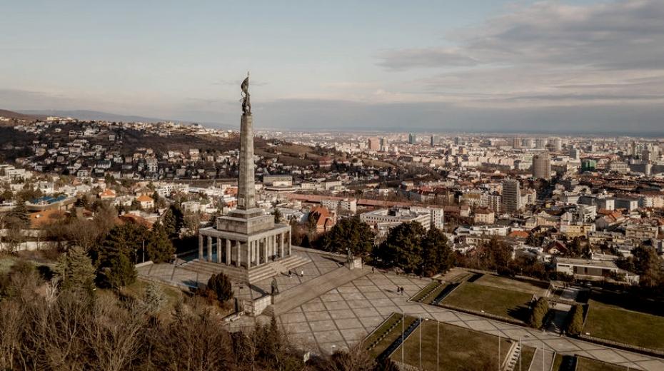 Pohled na Bratislavu a památník Slavín s vojenským hřbitovem, na kterém je pohřbeno 6 845 sovětských vojáků, kteří padli v bojích o Bratislavu. Památník připomínající osvobození Rudou armádou byl odhalen 3. dubna 1960.