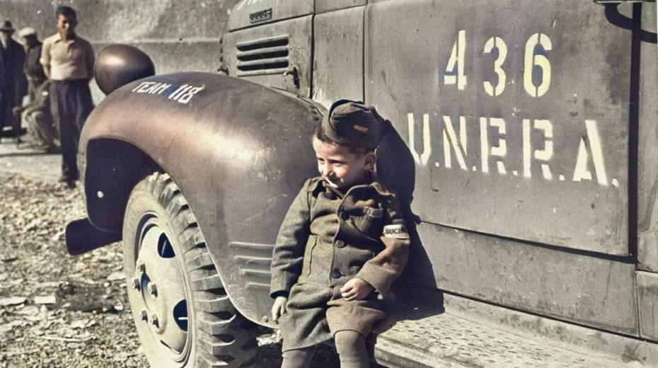 Spolu s osvoboditeli dorazily do Buchenwaldu také nákladní auta s potravinovou a humanitární pomocí Spojených národů (United Nations Relief and Rehabilitation Administration). Na snímku neznámého autora je čtyřletý Joseph Schleifstein.