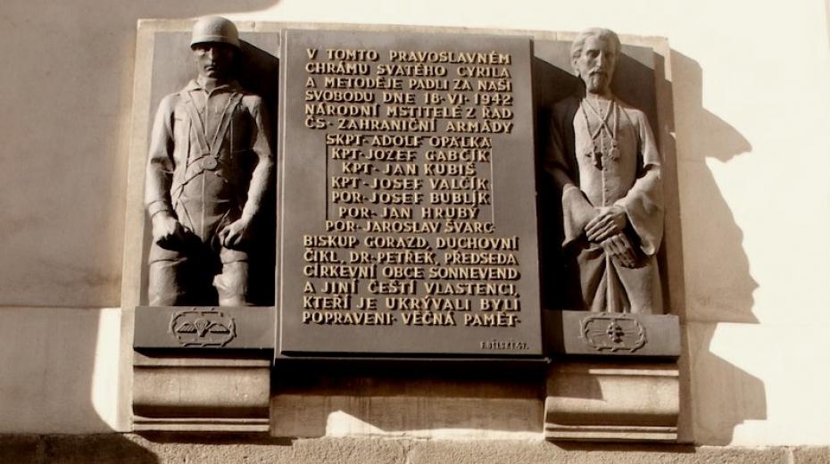 Památník parašutistům a duchovním, popraveným za jejich ukrývání, je umístěn na vnější straně kostela z ulice Resslova.
