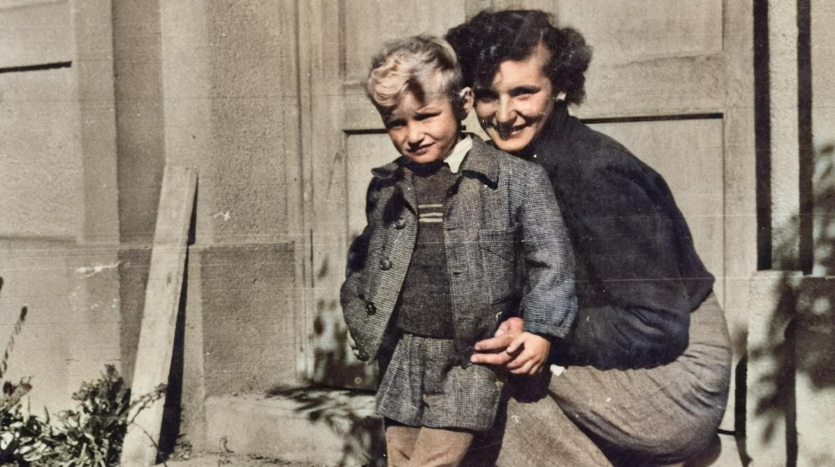 Václav Dašek se svou setrou Marií, která se o něj starala, když soud poslal oba rodiče do vězení.