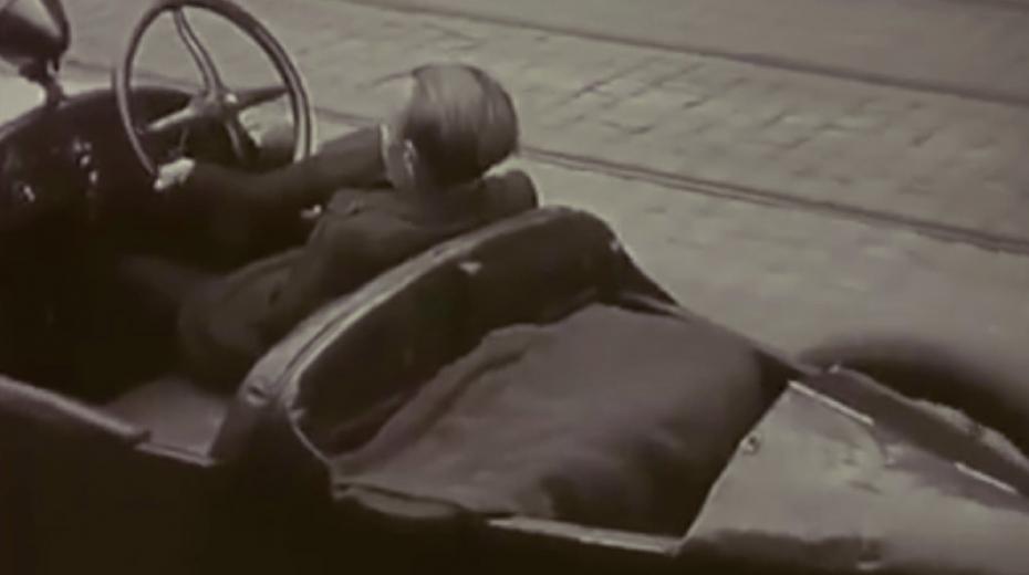 Bezruký Frantík řídí nohama auto, které mu daroval sám Henry Ford. Foto: ČT, Hledání ztraceného času