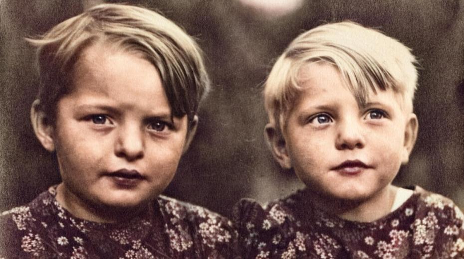 Hana se svou sestrou-dvojčetem Věrkou, která jí byla v životě největší oporou. Foto: Paměť národa
