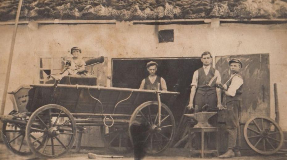 Helena Zemanová s otcem a dvěma učedníky před kovárnou v Zaritsku na Volyni