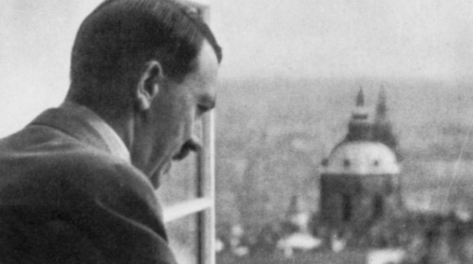 Německý vůdce Adolf Hitler shlíží 16. března 1939 na Prahu z Pražského hradu. V tento den vyhlásil zřízení Protektorátu Čechy a Morava, který spadal pod německou správu. Foto: Wikimedia Commons CC-PD-Mark