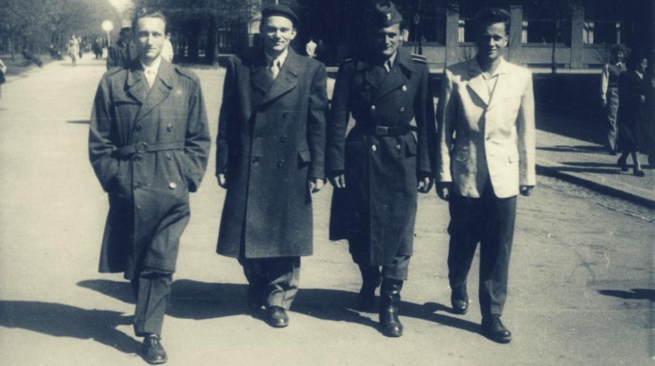 Vladimír Hradec (druhý zleva), s Milanem Paumerem (v uniformě) a Josef Mašín (vpravo) na poděbradské promenádě. Foto: Paměť národa/archív Vladimír Hradec