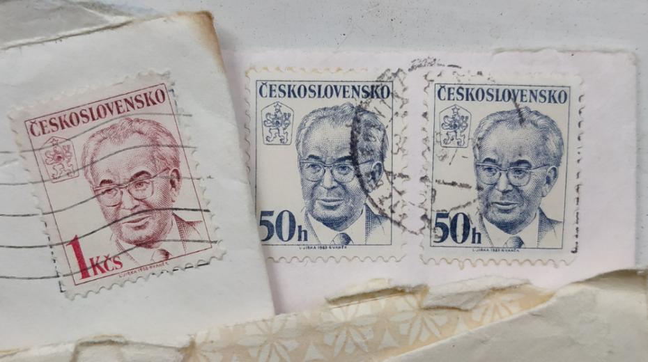 Normalizační poštovní známky s Husákem.