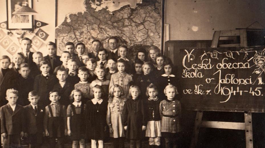 Česká třída v německé škole v Jablonci nad Nisou v Pivovarnické ulici ve školním roce 1944-45, Josef Tvrzník v horní řadě třetí zleva. Foto: Paměť národa