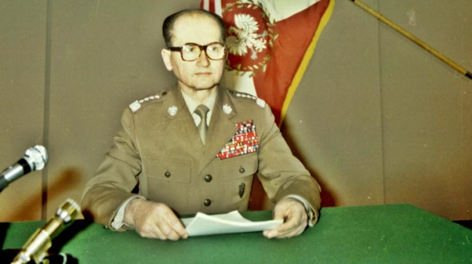 Generál Wojciech Jaruzelski oznamuje v televizním studiu vyhlášení výjimečného stavu.