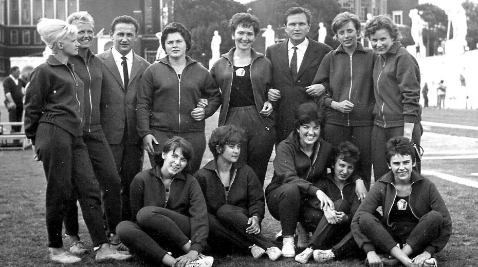 Československé atletky na stadionu Marmi v Římě v roce 1964. Jaroslava Jehličková v horní řadě druhá zprava vedle konzula Josefa Gregora.