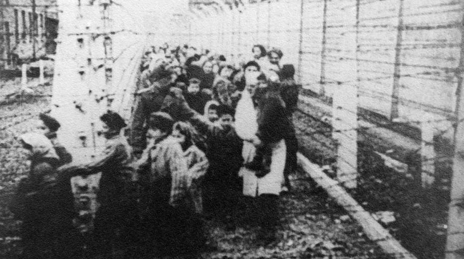 Dvojčata Jiří a Josef Fischerovi (druhý a třetí zpředu) na fotografii, kterou pořídili Sověti při osvobození koncentračního tábora Auschwitz. Zdroj: Paměť národa