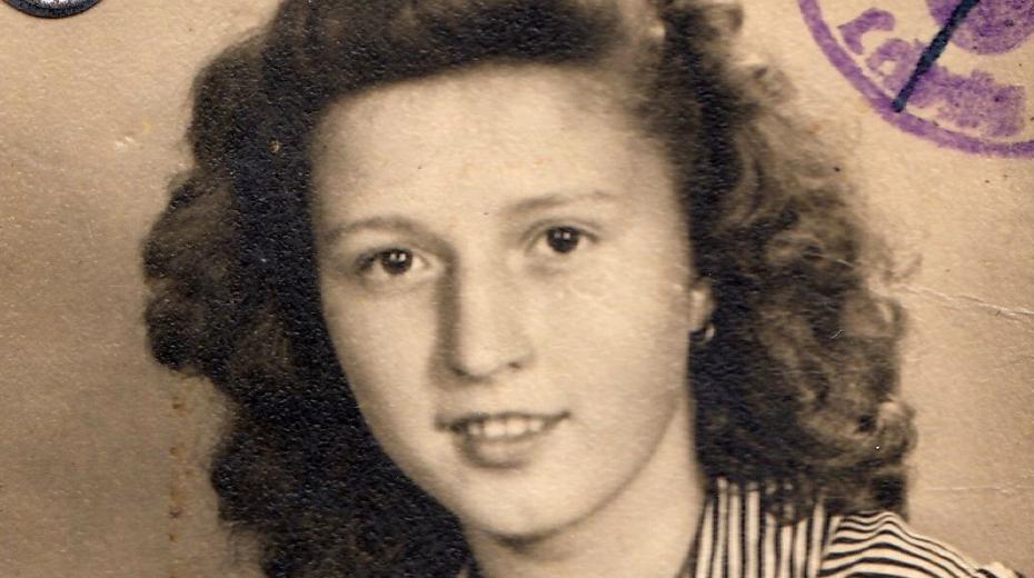 Šťastná Liselotte v květnu 1945. Zdroj: Paměť národa
