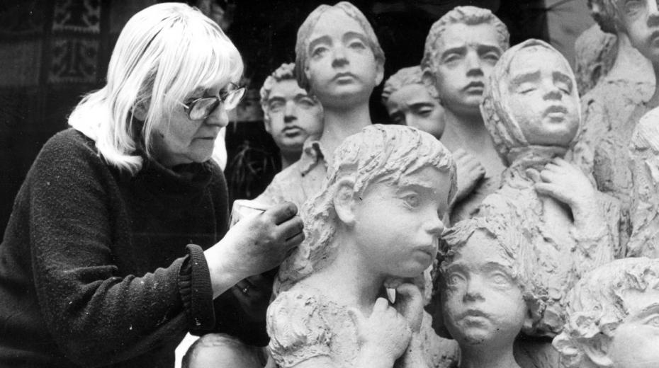 Marie Uchytilová retušuje sousoší lidických dětí. Foto: Paměť národa/archív Sylvie Klánové