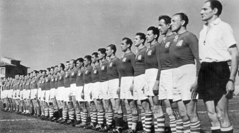 Miloš Gut v rugbyové reprezentaci Československa po válce (čtvrtý zleva).