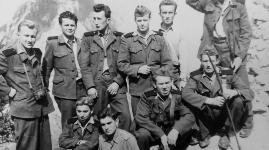 Jaroslav Václavek (ve spodní řadě v košili) nastoupil k PTP v roce 1950 jako syn třídního nepřítele, jeho otec byl majitelem obchodu. Sloužil v Komárně s přestávkou kvůli kritickému zdravotního stavu do roku 1954. Foto: Paměť národa