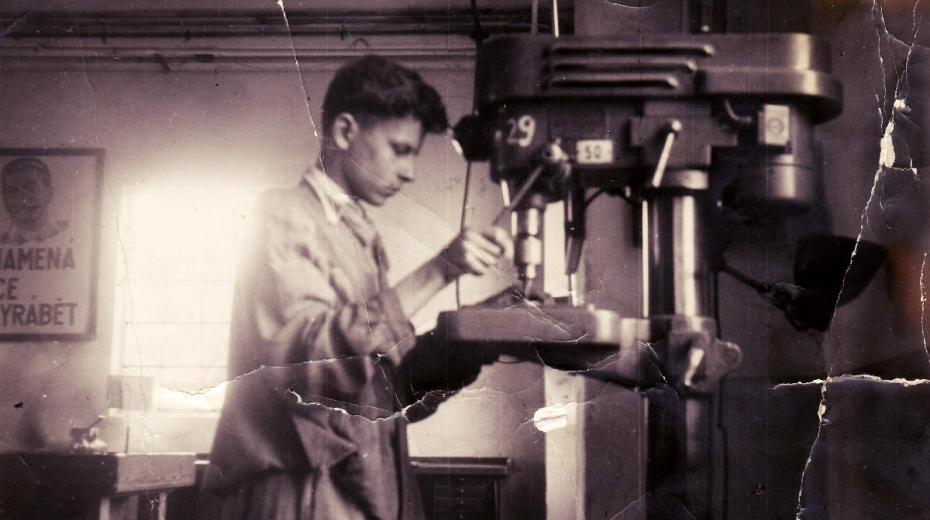 Pod dohledem Stalina. Karel Pfeiffer jako učeň v dílně ve školním roce 1951/52. Zdroj: Paměť národa