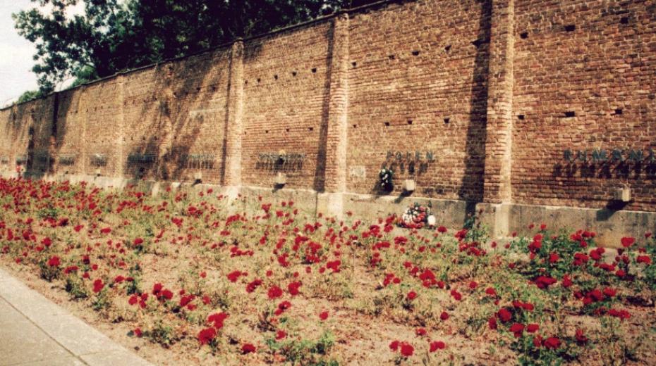 Zeď národů v Ravensbrücku připomíná národnosti vězeňkyň - nejpočetnější skupinu tvořily Polky.