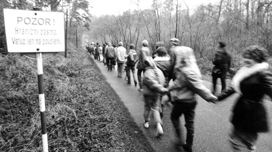 Lidé překročili dříve nepřístupnou hranici 17. prosince 1989. Foto Luděk Tondr