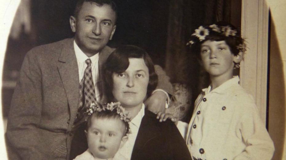 Rodinná fotografie Welsových, Rudolf s manželkou Idou a syny Martinem a Tomášem (vpravo). Foto: archív rodiny Welsovy.